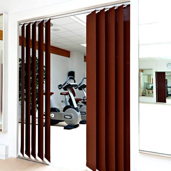 Lamellenvorhang mit breiten Lamellen in bordeauxrot zur Abtrennung zweier Räume